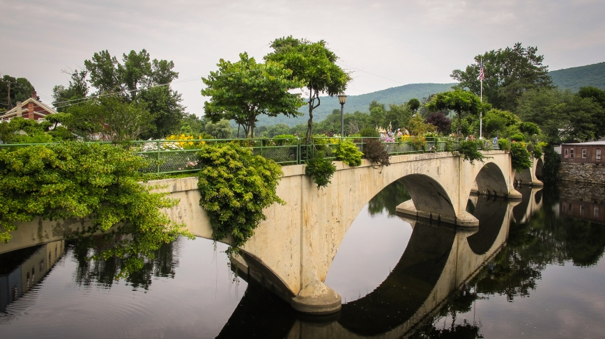 Bridge_of_Flowers,_Shelburne_Falls,_MA_2017_07_22a